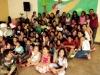 Crianças, adolescentes e pastor Hélcio à direita
